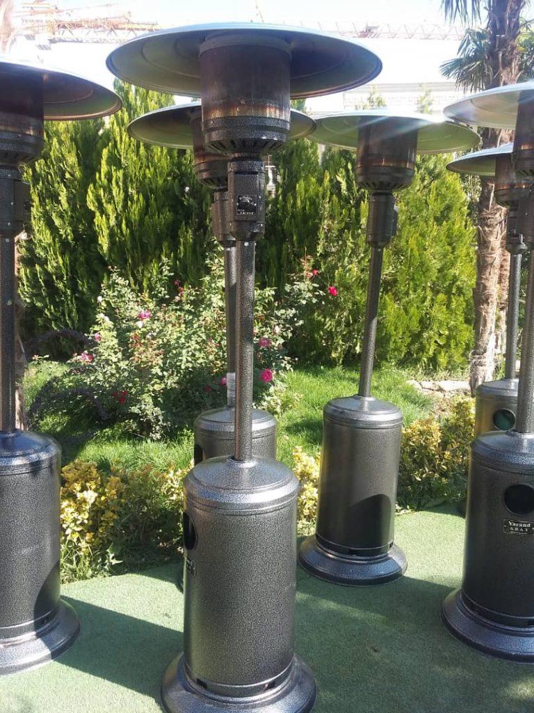 انواع بخاری فضای باز برای تامین گرمای مورد نیاز در محیطهای تجاری صنعتی، یا مسکونی و تفریحی به کار برده میشود. امروزه بخاریهای فضای باز در انواع و مدلهای مختلف ساخته شده و به بازار عرضه میشوند. هر کدام از این بخاریها با توجه به ویژگیهایشان کاربردهای منحصر به فرد خود را دارند. بخاریهای قارچی زیر مجموعه ای از انواع بخاریهای فضای باز هستند که انرژی لازم برای تولید گرما را از سوخت گاز تامین میکنند. انواع بخاری فضای باز به دلیل ارزان بودن سوخت گاز در مقایسه با انرژی برق، دارای کاربردهای بسیاری هستند و کاربران بسیاری برای تامین گرمای مورد نیاز فضای باز مورد نظر خود از این بخاریها استفاده میکنند. بخاریهای فضای باز گازی دارای مزیتها و ویژگیهای مخصوص به خود هستند و سیستمهای گرمایشی پرکاربرد به شمار میآیند. در این نوشته به معرفی انواع بخاری فضای باز گازی و بررسی ویژگیهای هر کدام از آنها خواهیم پرداخت. با توجه به گرانی انواع بخاری ها گروه مجلس اریا با اجاره انواع بخاری برای مراسمات شما به یاری شما امده است. بخاری فضای باز گازی ایستاده بخاری فضای باز گازی ایستاده یکی از انواع بخاریهای قابل حمل است که برای تامین گرمای مورد نیاز در فضای باز به کار برده میشود. این بخاریها برای اینکه بتوانند سطح وسیعی از فضای باز را گرم کنند، دارای قابلیت گرمایشی بالایی هستند. در صورتی که نمیخواهید بخاری خود را روی میز یا سطحی قرار دهید یا آن را روی دیوار یا سقف نصب کنید، میتوانید از بخاری فضای باز گازی ایستاده استفاده کنید. بخاریهای فضای باز گازی ایستاده کاربردهای بسیاری در رستورانها و کافی شاپهایی دارند که دارای فضای باز هستند. ساختار بخاریهای فضای باز گازی ایستاده به گونهای است که نحوهی نصب بسیار راحتی دارند و کاربران میتوانند آن را در هر قسمتی از فضای باز محیط مورد نظر خود قرار دهند. هنگام خرید بخاری فضای باز گازی ایستاده باید دقت کنید که بخاری مورد نظرتان ایمنی بالایی داشته باشد. یکی از مهمترین مزیتهای بخاریهای فضای باز گازی این است که این بخاریها از سوخت گاز برای تولید انرژی گرمایی استفاده میکنند و به کارگیری آنها در محیطهای تجاری و صنعتی بسیار مقرون به صرفه خواهد بود. بخاری فضای باز گازی رومیزی ، بخاری مناسب فضای باز بخاری فضای باز گازی رومیزی بیشتر در ساختمانهای مسکونی یا تجاری کاربرد دارد. 